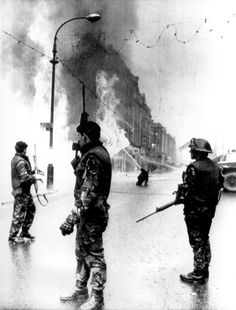 British soldiers stand guard as a department store goes up in flames in the center of Londonderry, Northern Ireland, on Jan. 4, 1972. In center background, a fireman directs water into the blaze. The fire followed explosion of a bomb planted in the building by Irish Republican Army (IRA) terrorists. (AP Photo) Photos of the British Army in Northern Ireland - 1969-1979 - Flashbak