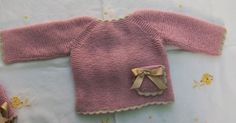 JERSEY EN PUNTO MUSGO ROSA PALO PRIMERA POSTURA          Material   Agujas de punto nº 2,5   Aguja crochet nº 2,5   Lana bebé color rosa pa... Knitting For Kids, Baby Knitting, Baby Fabric, Baby Comforter, Baby Sweaters, Hobbies And Crafts, Baby Gifts, Knit Crochet, Color Rosa