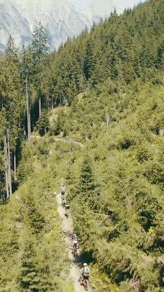Technisches Können gefragt!  Einige Meter nach der Abzweigung des Flow Links beginnt dieser naturbelassene, schmale Single Trail, und schlängelt sich durch ein paar Waldpassagen. Am Schluss mündet er in die Steinberg Line by FOX. Berg, Trail, Country Roads, Tours, Couple