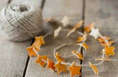 orange skin star garland - this would make an awesome Yule decoration, don't ya think? Noel Christmas, Homemade Christmas, Winter Christmas, All Things Christmas, Christmas Ornaments, Natural Christmas Tree, Christmas Bunting, Xmas Tree, Easy Diy Crafts