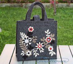 Borsa grigio scuro con fiori