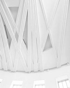 """Мы взялись за работу над уже выстроенным объектом, название которого """"Новелла"""". Санта Мария Новелла - Флоринтийская Бразилка или """"новелла"""" в значении вымышленной истории?  Для нас это была игра, призом стали решения поставленных перед собой задач, правила игры мы нарушили бесщадно и сознательно! Потолок сочетает в себе новейшие системы кондиционирования с близким заказчику историзмом."""
