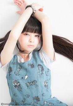 kawaiigals:    猫物語(白)の主題歌も絶好調な春奈るな @luna_galaxy ちゃんが降臨。週末ツインテール更新  春奈るな(Luna Haruna)
