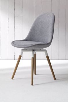 // Pinned by Ellen Rus. Dining Table Chairs, Kitchen Chairs, Home Furniture, Furniture Design, Cosy House, Dinner Room, Kare Design, Painted Chairs, Cool Chairs