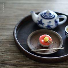 today, I made japanese confectionery NERIKIRI which express camellia ▫️▫️▫️▫️▫️▫️▫️▫️▫️▫️▫️▫️▫️▫️▫️▫️▫️ . おはようございます . 秋晴れの横浜です。. . 今日は、あ、「今日も」笑 おやつは山茶花意匠の練り切りを作りました。. . これもピンタレストで見た意匠で、 作り方はわからなかったので、 特に花びらの部分が謎で、、、 . あれやこれや試してみて やっとそれらしきものが出来上がりました。 . 自己流なので、これでいいのかわからないけれど、 ビンタレストで見た意匠に、かなり似た感じに作れました . . この意匠を思いつかれた方、すごいと思う . ほんと、椿の美しさを見事に表現されていて、✨✨✨✨✨ 今まで作った中でもダントツ好きな意匠になりました。 . . . ▫️▫️▫️▫️▫️▫️▫️▫️▫️▫️▫️#練り切り#練切り#上生菓子#wagashi#煉切#器#和食器#still_life_gallery#japanesecult...