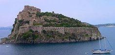 Castello Aragonese  Il Castello fu costruito dal tiranno Gerone di Siracusa, nel 474 a.C., da cui inizialmente prendeva il nome di Castel Gerone o Castello Geronda.