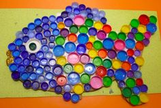 This page has a lot of free Fish craft,fish bulletin board idea for kids,parents and preschool teachers.(Bottle Art For Kids) Bottle Top Art, Bottle Top Crafts, Bottle Cap Projects, Recycled Art Projects, Recycled Crafts, Craft Projects, Craft Ideas, Art For Kids, Crafts For Kids