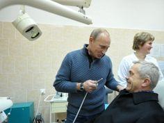 Если у Савченко (в кресле) и был когда-то зуб на Кремль, то теперь уже нет. Фото с открытия новой больницы на Белгородчине (2011 год)