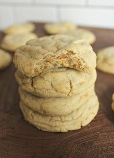 A yummy, soft cookie infused with crunchy peanut butter and Butterfinger candy bar pieces! These Butterfinger Peanut Butter Cookies are absolutely irresistible! Coconut Cookies, Peanut Butter Cookies, Jello Cookies, Baking Cookies, Bar Cookies, Chip Cookies, Coconut Recipes, Lemon Recipes, Easy Cookie Recipes