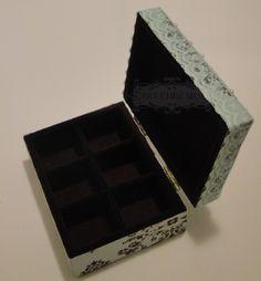 Caixa flocada com 6 divisórias aberta