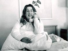 July 1974 - Mamas And The Papas singer Cass Elliot died in her sleep from a heart attack after playing a sold out show in London, England. Kinds Of Music, Music Love, Good Music, Michelle Phillips, Celebrity Deaths, 60s Music, Mamas And Papas, Weird Fashion, Beautiful Voice