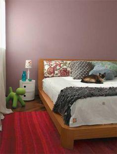 """Um estojo de maquiagem da marca Givenchy inspirou a cartela de cores usada no apartamento, pontuando áreas estratégicas. """"Ela aparece no quarto, na sala e até no escritório, em gradações que partem de uma nuance escura"""", explica o arquiteto Fernando Piva. O quarto foi colorido com um rosa-antigo para criar essa atmosfera feminina. Os detalhes do quarto como o abajur e as almofadas foram revestidos de estampas florais."""
