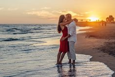 Top florida vacation spots for couples, couple on beach at sunset Romantic Dates, Romantic Love, Romantic Couples, Beach Pictures, Couple Pictures, Couple Ideas, Couple Goals, Selfie Sexy, Kissing Quotes For Him