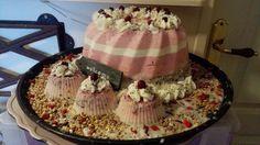 Heerlijke taart met door het vet granaatappelbessen en pitjes gemengd. Natuurlijk zit er ook vogelzaad door. Meer taarten te zien en te bestellen op Njoggen âlde mantsjes FB.