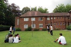İhlas Koleji İngiltere Yaz Kampı Konakladığımız yurt binasının arka  bahçesi