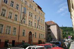 Praha bola vždy obľúbeným a najnavštevovanejším zahraničným mestom pre Slovákov. Je to veľkomesto s nepreberným množstvom turistických lákadiel a zároveň tu nie je jazyková bariéra. Do Prahy sa chodí na výlety, nákupy, za známymi, za históriou, športom a kultúrou, alebo len tak na pivo. Skrátka na cestu do Prahy sa vždy nájde dôvod. Čas tam plynie rýchlo a nikto sa nenudí.