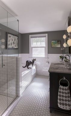 25 Gorgeous Minimalist Classic Bathroom Design and Decor Ideas - Page 24 of 27 Patterned Bathroom Tiles, Classic Bathroom, Minimalist Bathroom, Bathroom Flooring, Bathroom Tile Designs, Bathroom Decor, Black Bathroom, Bathrooms Remodel, Classic Bathroom Design