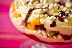 Merengue com Frutas tropicais e Calda de Chocolate