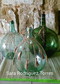 Here are 26 ideas for decorating your home with old wicker bottles - Easy Crafts for All Macrame Art, Macrame Design, Macrame Projects, Glass Bottle Crafts, Wine Bottle Art, Deco Pirate, Home Crafts, Diy Crafts, Old Wicker