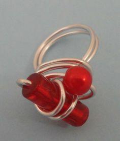 Anel de arame prateado com contas vermelhas