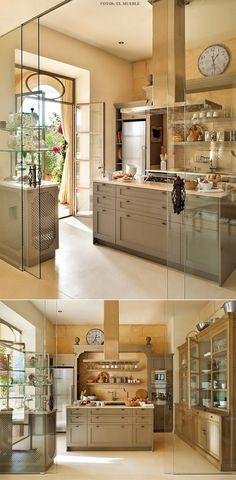Divisão sutil de espaços: porta de vidro separa cozinha da sala