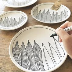 Even laten zien waar ik op dit moment mee bezig ben ✍️ Ik was toevallig net … Let me see what I am currently working on toevallig I just happened to be making a feather order when another one came in Pottery Painting, Ceramic Painting, Ceramic Art, Ceramic Plates, Ceramic Pottery, Porcelain Pens, Cerámica Ideas, Diy Inspiration, Arts And Crafts