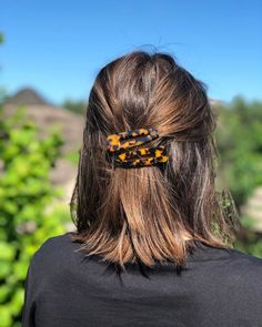 Here, see 16 ways to wear your bob haircut - whether dressed up with hair accessories, slicked-back or undone with a modern texture. to make hair accessories 16 ways to style a bob Quick Hairstyles, Hairstyles With Bangs, Hairstyles Videos, Everyday Hairstyles, Hairdos For Short Hair, Office Hairstyles, Anime Hairstyles, Stylish Hairstyles, School Hairstyles