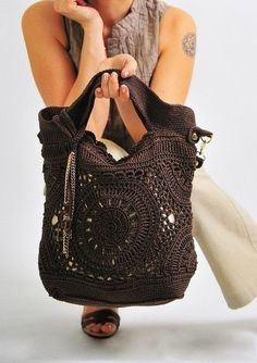 Beautiful bag, need to make it one day, even so there is o pattern available, but I think I can recreate it. The close up is pretty explanatory Love Crochet, Diy Crochet, Crochet Crafts, Crochet Handbags, Crochet Purses, Crochet Bags, Crochet Accessories, Bag Accessories, Talisman