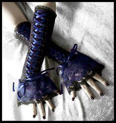 Samt Midnight Gothic Lolita Korsett Stil lange Armstulpen in schwarz mit tiefen dunklen Marineblau Lace Satinband und Double Layered Lace! Perfekt für besondere Anlässe, ausgehen oder sogar jeden Tag! Der Multifunktionsleisten-Bogen am Ende kürzbar auf Ihren Geschmack - lassen Sie mich in den Anmerkungen an Verkäufer wissen! Hergestellt aus superweicher Schwarz Baumwolle stricken für die perfekte Passform zu dehnen! Mit tiefen, dunklen Marineblau Lace, Korsett Style geschnürt. Diese sind…