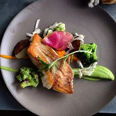 #dorade sébaste duo de purée #légumes croquants #menu jour #bistronomie #restaurant #néobistrot #paris10 #parisfood #foodporn #foodie #restaurantlabulle  (à La bulle)