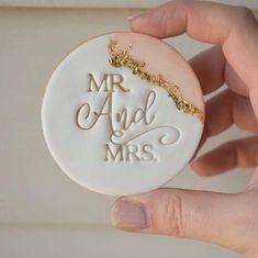 Fondant Cookies, Royal Icing Cookies, Sugar Cookies, Iced Cookies, Cookie Wedding Favors, Wedding Desserts, Wedding Favour Chocolates, Cookie Favors, Personalised Biscuits
