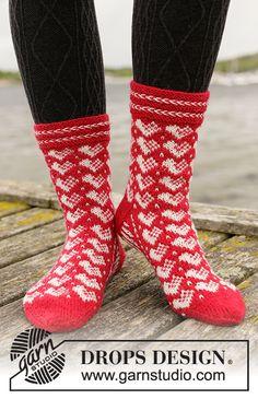 Holiday Hearts / DROPS Extra - Free knitting patterns by DROPS Design Free knitting patterns and crochet patterns by DROPS Design Knitted Socks Free Pattern, Knitting Patterns Free, Free Knitting, Knitting Socks, Crochet Patterns, Drops Design, Needle Tatting Tutorial, Magazine Drops, Slipper Socks