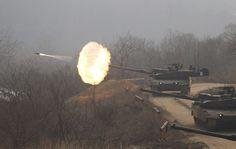 Eteläkorealaisen tykistödivisioonan panssarivaunut ampuvat harjoituksissa Soulin pohjoispuolella. Sekä Etelä-Korea että Pohjois-Korea harjoittelevat asevoimillaan usein, sillä maiden välit ovat edelleen hyvin kireät. Kuva: Kim Hee-chul/EPA