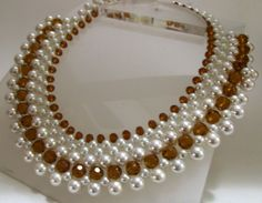 colares de perolas — Colar de perolas Pearl Necklace Designs, Beaded Necklace Patterns, Diy Necklace, Beaded Bracelets, Necklaces, Bead Jewellery, Pearl Jewelry, Jewelery, Bridal Jewelry Sets