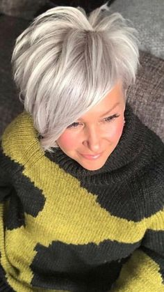 This color Short Grey Hair color Short Grey Hair, Short Hair Cuts For Women, Love Hair, Great Hair, Medium Hair Styles, Short Hair Styles, Balayage Hair Grey, Corte Pixie, Pelo Natural