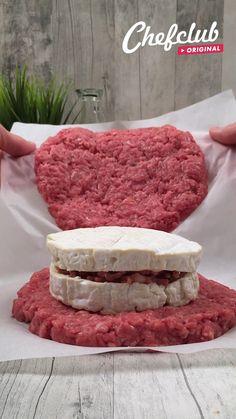 Un plat certes un peu lourd mais qui fonctionne aussi bien en été qu'en hiver ! Avec ce steak XXL fourré au camembert et entouré de pommes de terre rissolées, vous êtes sûrs de faire plaisir ! Et pour encore plus d'idées de recettes, rendez-vous sur Chefclub.tv !