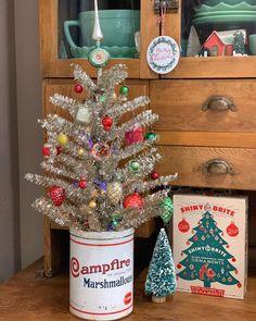 Silver Christmas Tree, Christmas Room, Christmas Time Is Here, Retro Christmas, Xmas Tree, Christmas Wreaths, Christmas Crafts, Christmas Decorations, Flea Market Decorating
