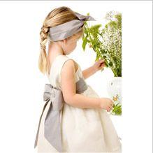 Cortege robe enfant d'honneur vue de dos gris ivoire et bandeau