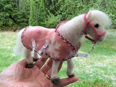 Itsetehdyllä huovutetulla 1:12 ponilla omatekemä fleeceloimi ja vaaleanpunainen riimu sekä riimunnaru 🐴