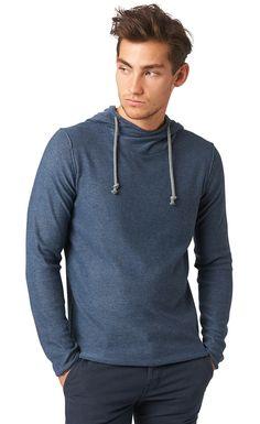 Feinstrick-Pullover mit Kapuze für Männer (zweifarbig, langärmlig mit hohem Kragen und Kordelzug an der Kapuze) aus Baumwoll-Mix, Kordelzug hebt sich farblich ab, aufgerollter Saum. Material: 60 % Polyester 40 % Viskose...