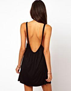 Robe noire ouverte dans le dos