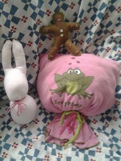 cojín hecho con pijama viejo infantil, conejo hecho con calcetín rosa y muNeco de jengibre hecho con fieltro, botones y cuentas de collares