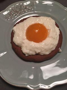 Œuf sur le plat sucré.  Pate sablé, fromage blanc moitié d'abricot.