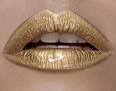 En matière de rouge à lèvres, il y a celles qui osent un peu, celles qui osent beaucoup et celles qui osent à la folie. Les Golden Lips, c'est la tendance qui va vous faire chavirer le coeur, quelle que soit votre catégorie !