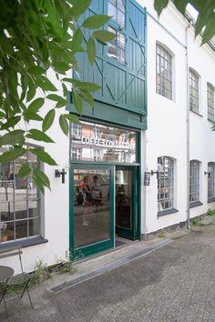 Hier+gibt+es+den+besten+Kaffee+der+Stadt: The+Coffee+Collective.+Die+Kaffeerösterei+hat+drei+Bars+in+Kopenhagen.+ In+der+etwas+versteckt+gelegenen+in+Frederiksberg+ist+es+schön+ruhig+-+und+man+kann+den+Kaffeeröstern+bei+der+Arbeit+zusehen.