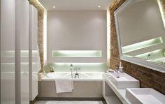 Wohnideen für Badezimmer -ohne-fenster-indirekte-beleuchtung-unbehandelte-ziegelwand-badewanne