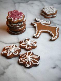 Godt krydrede pepperkaker (ikke dobbelt peprede...) Christmas And New Year, Sugar, Cookies, Baking, Sweet, Desserts, Food, Crack Crackers, Candy