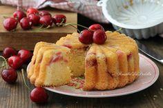 Torta alle ciliegie. La fresca torta con tante ciliegie fresche nell'impasto. Ricetta soffice e senza burro, una torta profumatissima