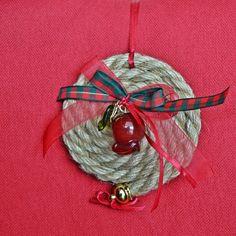 Χειροποίητο γούρι κουλούρα από κορδόνι γιούτα με γυάλινο κόκκινο ρόδι και πολύχρωμες κορδέλες. Dyi Crafts, Christmas Projects, Christmas Diy, Christmas Crafts, Christmas Decorations, Christmas Ornaments, Holiday Decor, Christmas Calendar, Lucky Charm