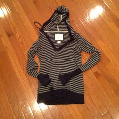 American Eagle sweater with hood Adorable and in good condition. Has hood American Eagle Outfitters Sweaters